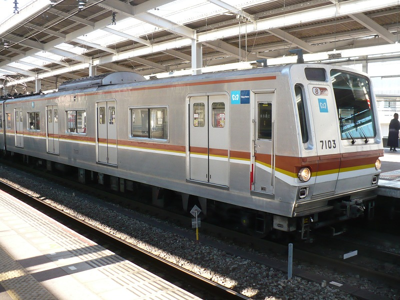 https://upload.wikimedia.org/wikipedia/commons/9/9e/Tokyometro7103.jpg