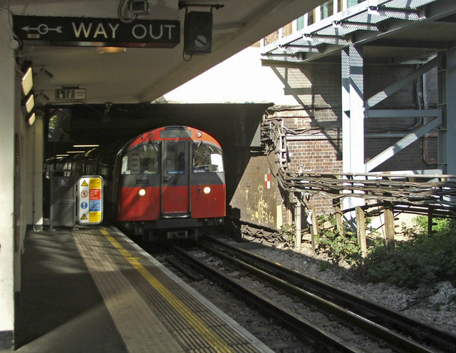 Tube Train approaching southbound platform, Oakwood Station, London N14 - geograph.org.uk - 992651