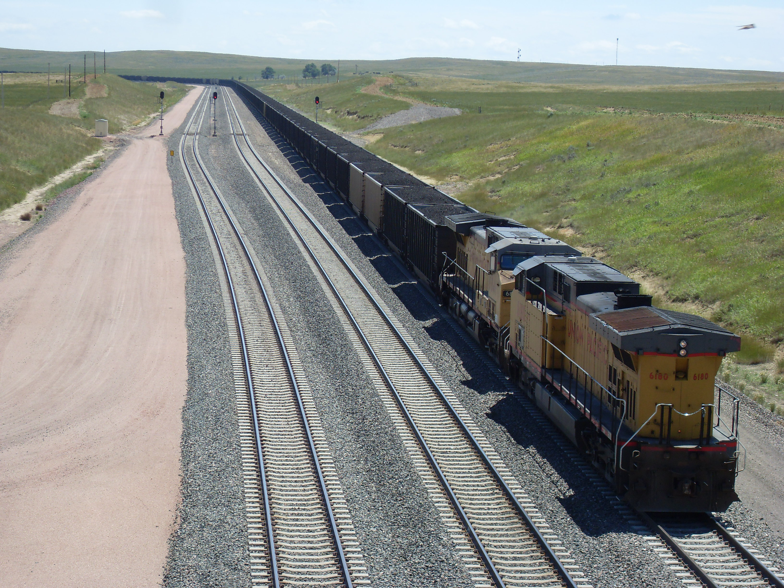 http://upload.wikimedia.org/wikipedia/commons/9/9e/Union_Pacific_Coal_Train_Douglas_WY.JPG