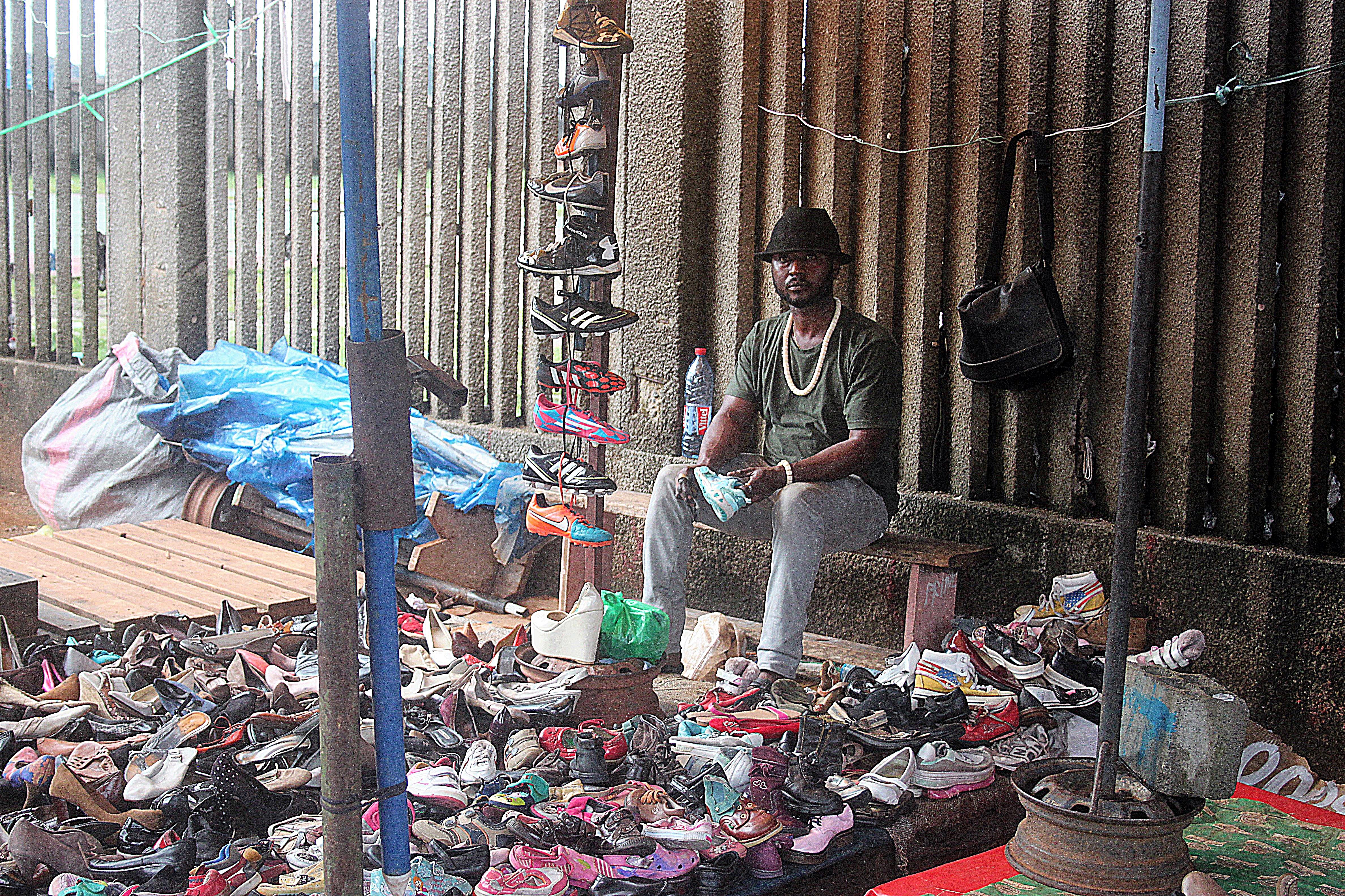 b4bb067153ed09 File:Vendeur de chaussure.jpg - Wikimedia Commons