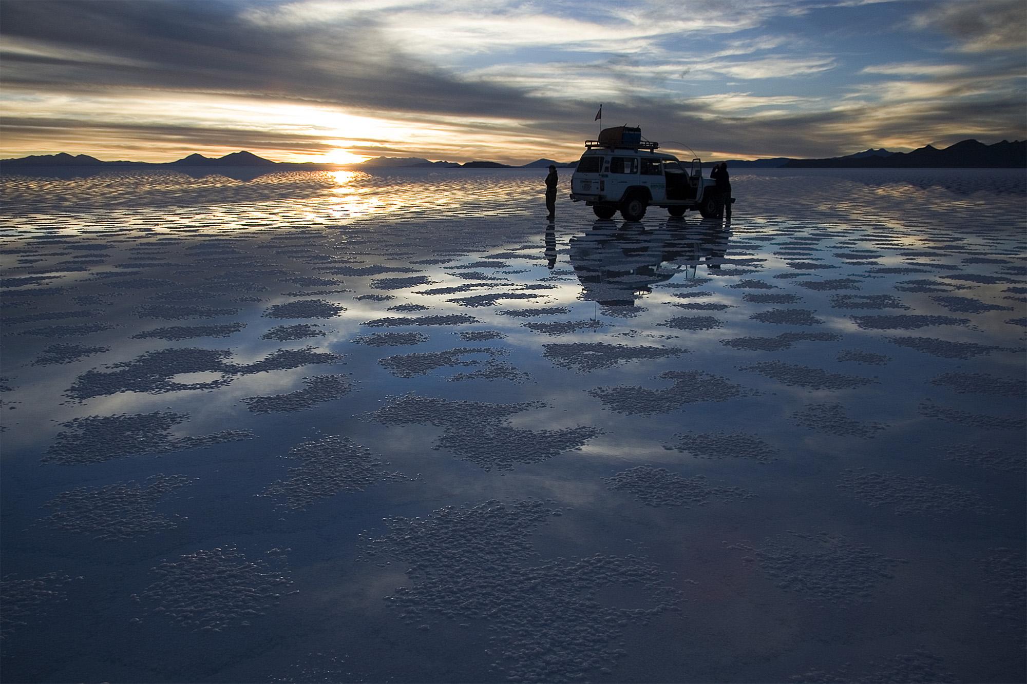 http://upload.wikimedia.org/wikipedia/commons/9/9e/Waiting_Sunset_Salar_de_Uyuni_Bolivia_Luca_Galuzzi_2006.jpg