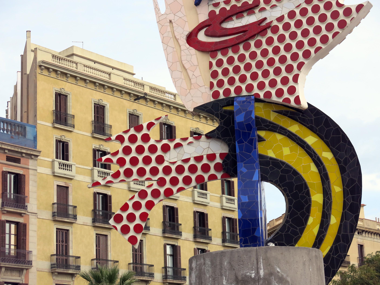 d4f3104bcec File 013 El Cap de Barcelona (Roy Lichtenstein) i cases del Pas de Sota  Muralla.JPG