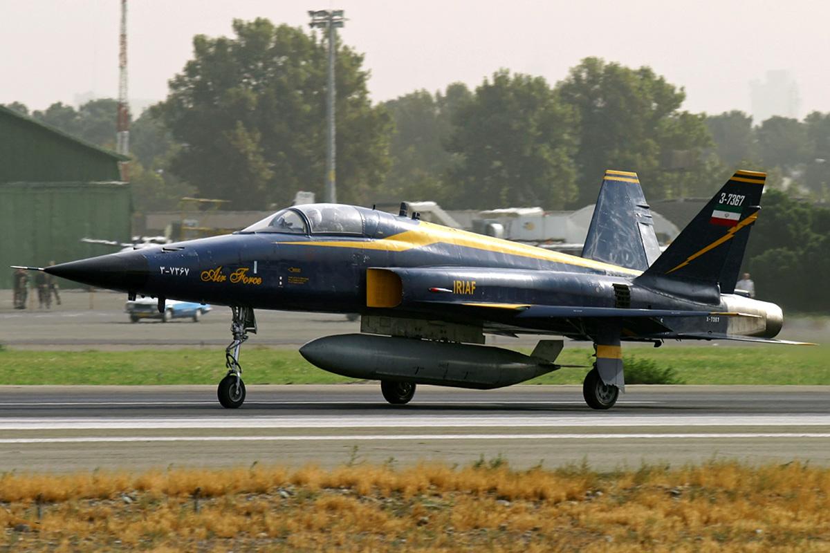 O Saeqeh tem uma diferença muito perceptível, é a sua cauda. Ele possui dois estabilizadores de cauda em uma configuração em V, em vez do estabilizador de cauda única dos F-5.