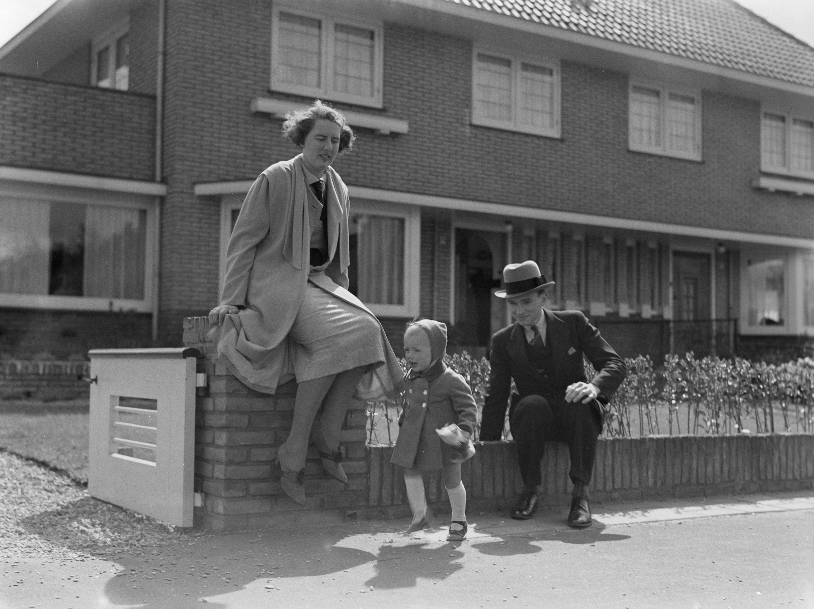 File:Agnes de Flines tussen haar vader Rijn de Flines en moeder Titia de  Flines