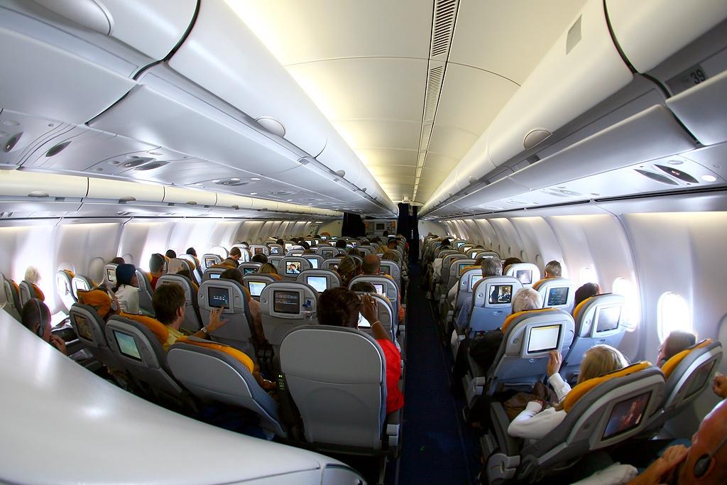 Cabina de clase económica en un vuelo de largo radio.