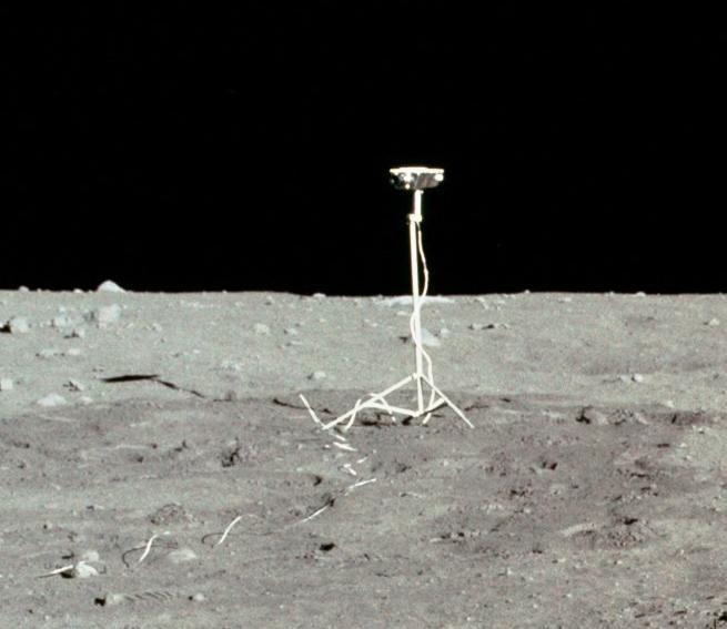 La caméra qui filmait le décollage du LM Apollo_11_TV_Camera