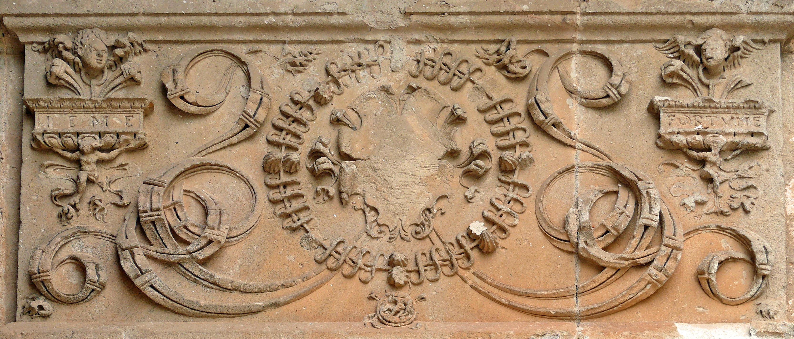 File assier frise sculpt e de l 39 glise saint pierre panneau de la frise sur le ressaut de la - Le five porte de la chapelle ...