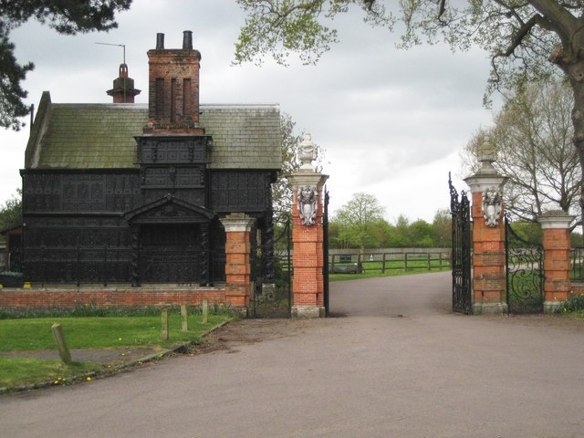 File Beaconsfield, Hall Barn Oak Lodge and Gate and Gate Piers geograph 1858300 jpg Wikimedia