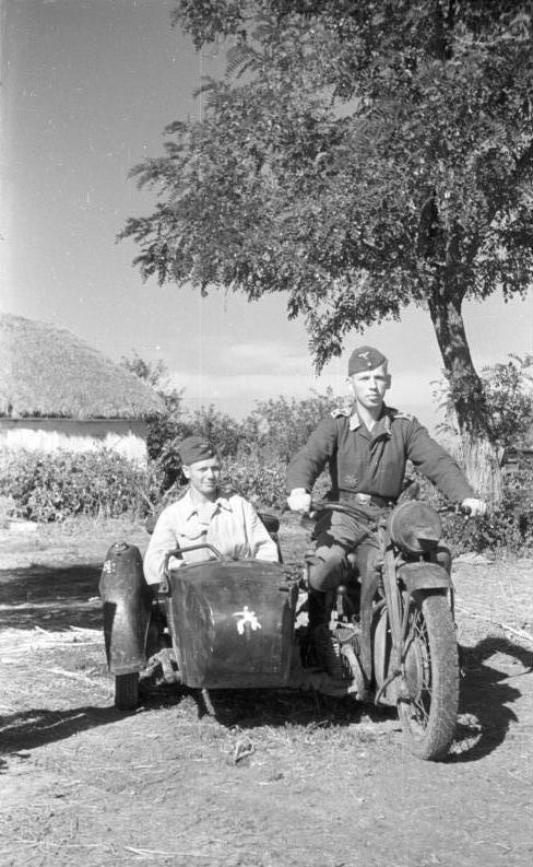 file bundesarchiv b 145 bild f016200 11a russland luftwaffen soldaten auf motorrad mit. Black Bedroom Furniture Sets. Home Design Ideas
