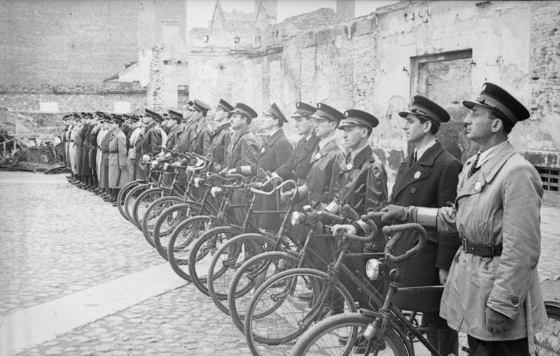 Police juive aux ordres du Judenrat dans le ghetto de Varsovie.