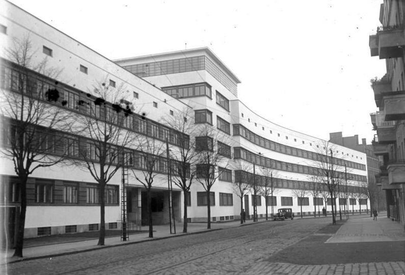 Polizeiunterkunft Bundesarchiv, Bild 102-13028 / CC-BY-SA 3.0 [CC BY-SA 3.0 de (https://creativecommons.org/licenses/by-sa/3.0/de/deed.en)], via Wikimedia Commons