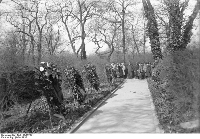 Märzgefallene, Bundesarchiv, Bild 102-13264 / CC-BY-SA 3.0 [CC BY-SA 3.0 de (https://creativecommons.org/licenses/by-sa/3.0/de/deed.en)], via Wikimedia Commons