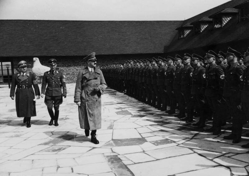 File:Bundesarchiv Bild 146-1985-108-27A, Ordensburg Vogelsang, Besuch Adolf Hitler.jpg
