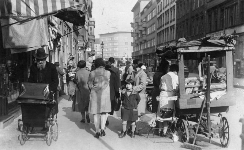 Bundesarchiv Bild 183-1987-0413-501, Berlin, im Scheunenviertel, Straßenhandel.jpg