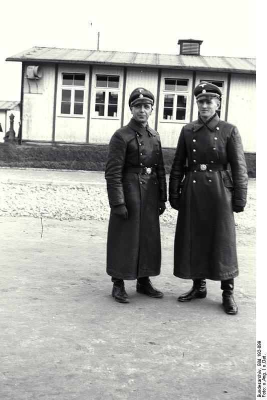 https://upload.wikimedia.org/wikipedia/commons/9/9f/Bundesarchiv_Bild_192-099%2C_KZ_Mauthausen%2C_Georg_Bachmayer_mit_SS-Mann.jpg