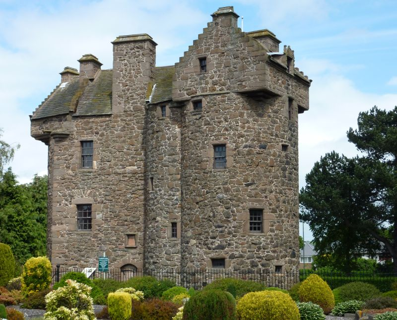 File claypotts castle wikimedia commons for Castle house plans with towers