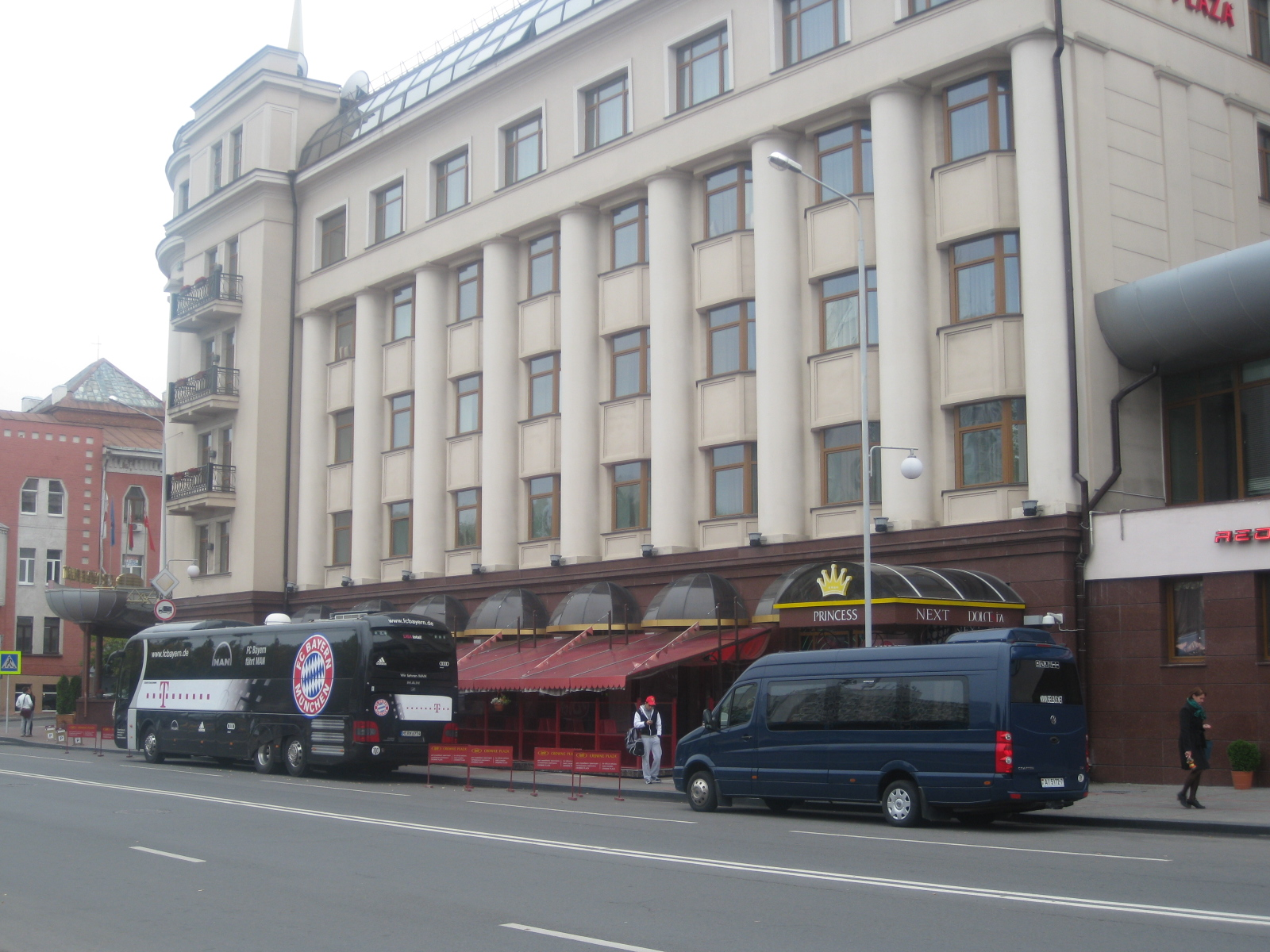 File Crowne Plaza Minsk Hotel And Fc Bayern Munchen Bus Stands Near