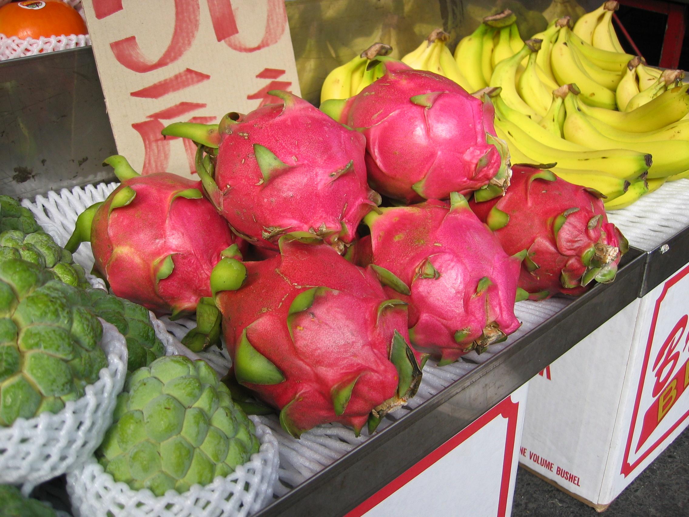 http://upload.wikimedia.org/wikipedia/commons/9/9f/Dragonfruit_Chiayi_market.jpg