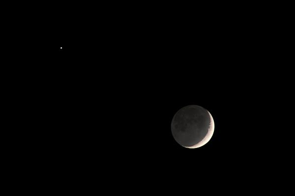 https://upload.wikimedia.org/wikipedia/commons/9/9f/Earthshine.jpg