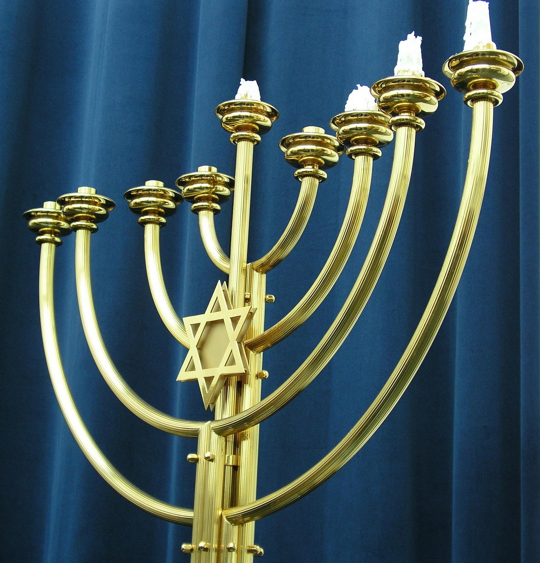 Chanukkija der Grazer Synagoge. (Dnalor 01, CC-BY-SA 3.0)