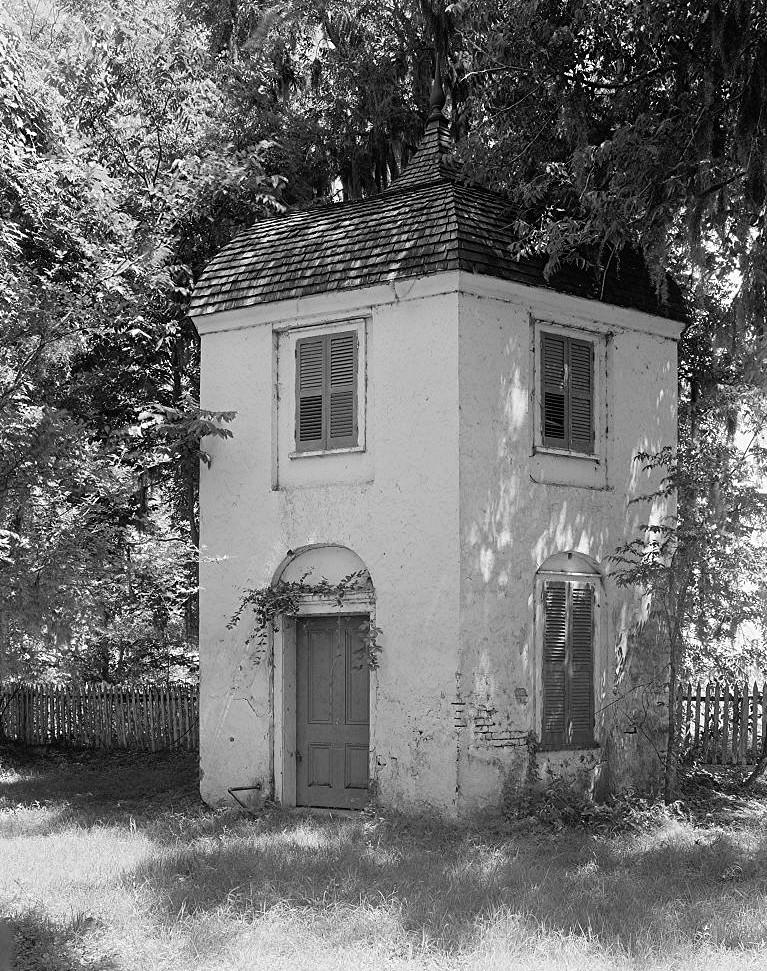 File:Houmas House Plantation Bachelor's Quarters.jpg ... on red brick southern plantation homes, colonial southern plantation homes, creepy southern plantation homes, small southern plantation homes,
