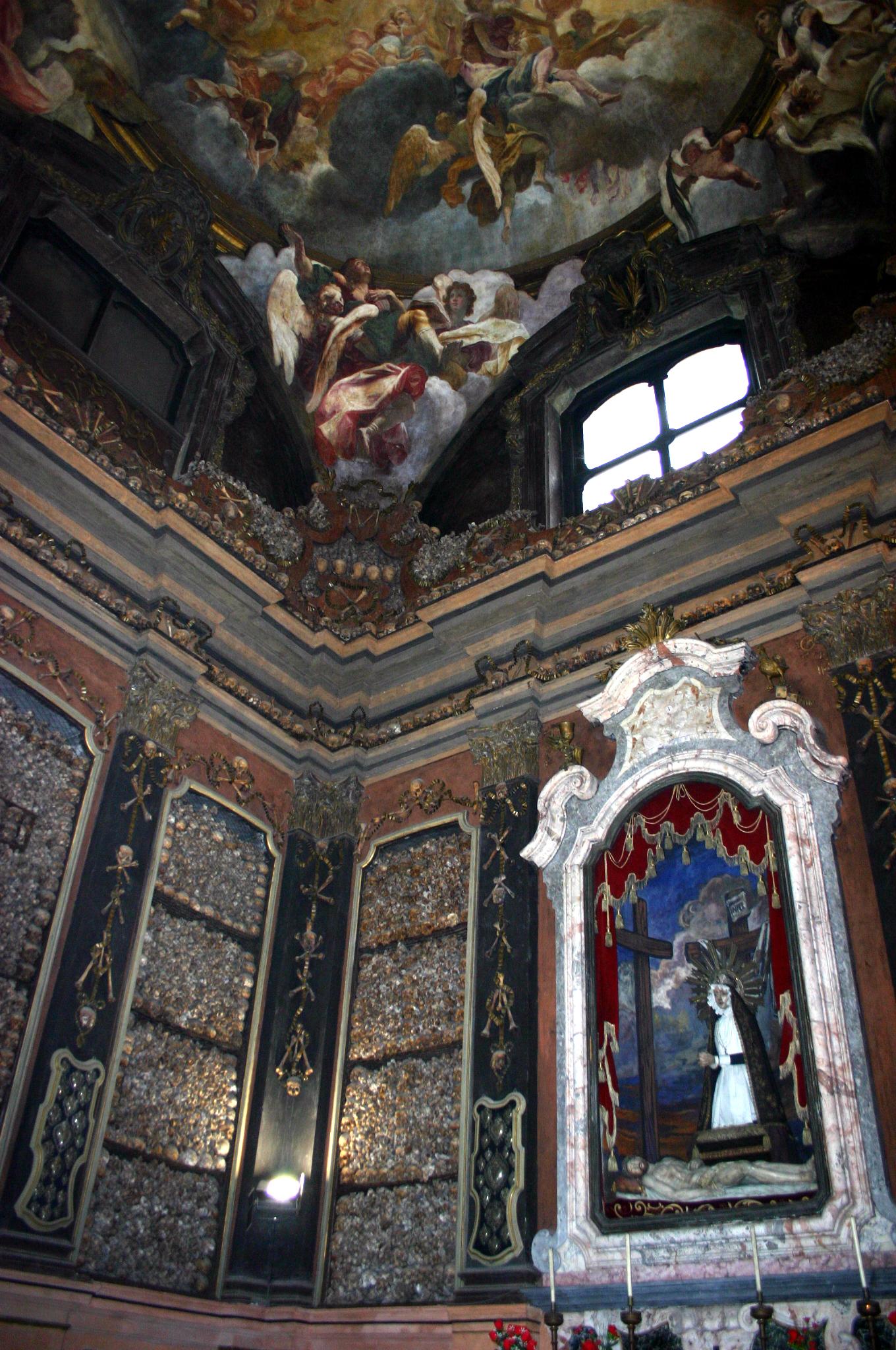 San Bernardino Alle Ossa (kép forrása: Wikipedia, a templom ezen részén kegyeleti okokból nem szabad fényképet készíteni)