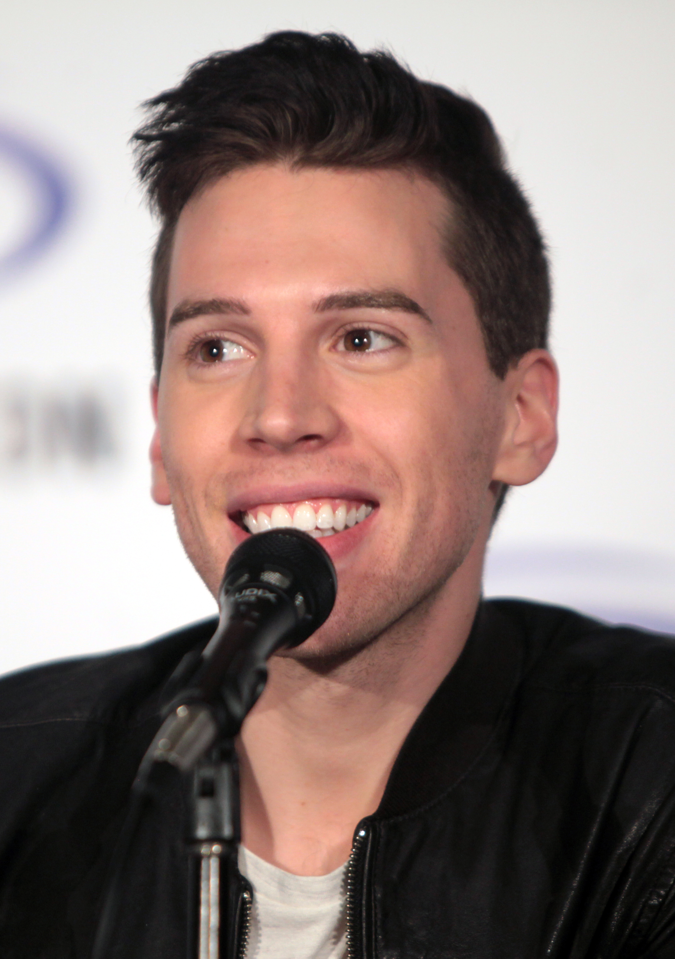 The 28-year old son of father (?) and mother(?) Jordan Gavaris in 2018 photo. Jordan Gavaris earned a  million dollar salary - leaving the net worth at 1 million in 2018