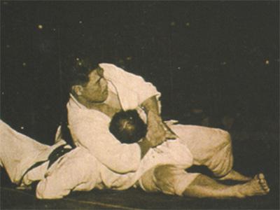 袈裟固めでエリオ・グレイシーの首を締め付ける木村。Wikipediaより。