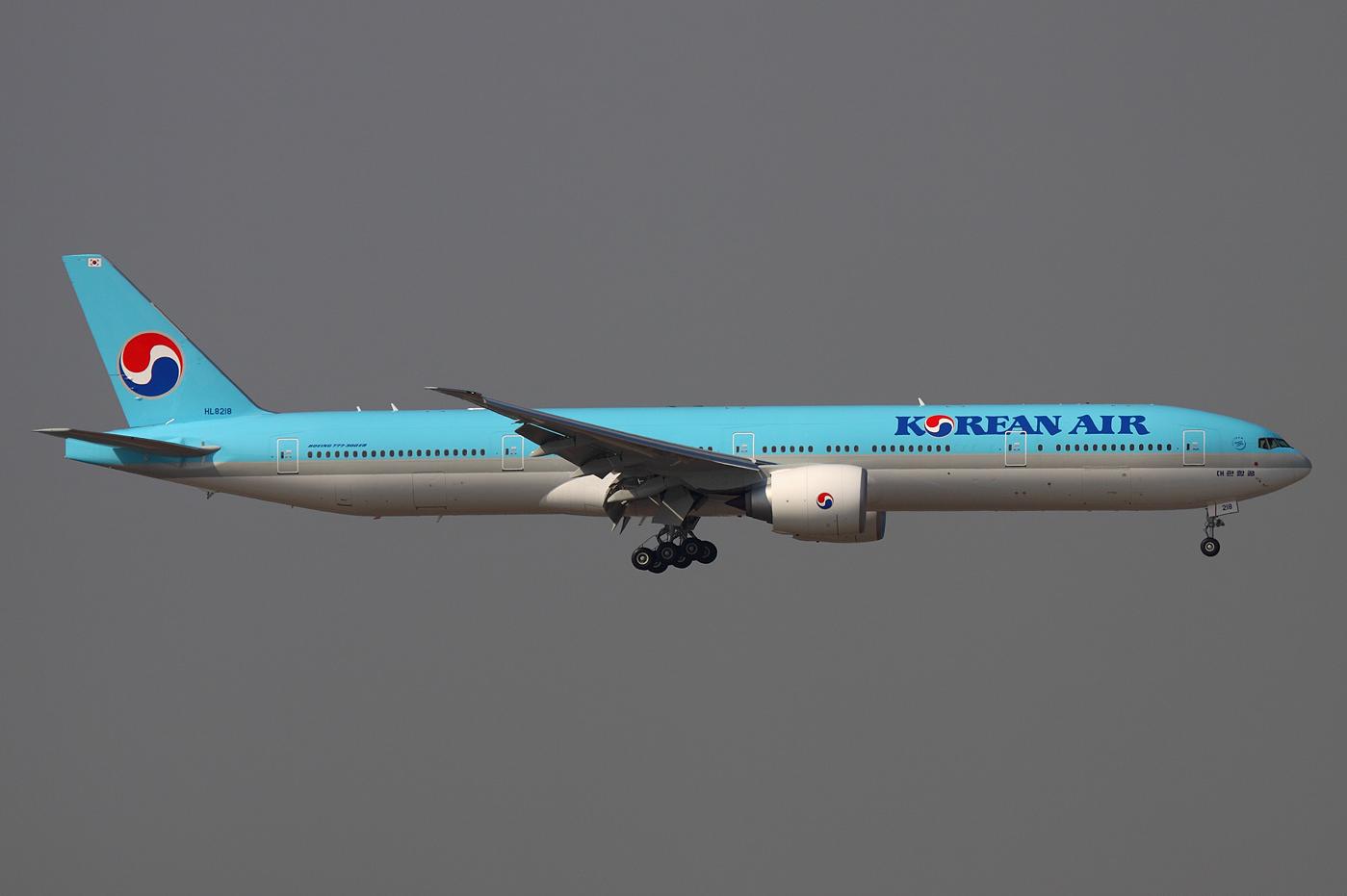 Description Korean Air Boeing 777 300ER HL8218 HKG 2011 12 8.png