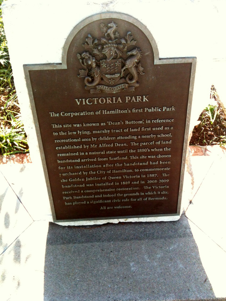 Plaque_in_Victoria_Park.JPG