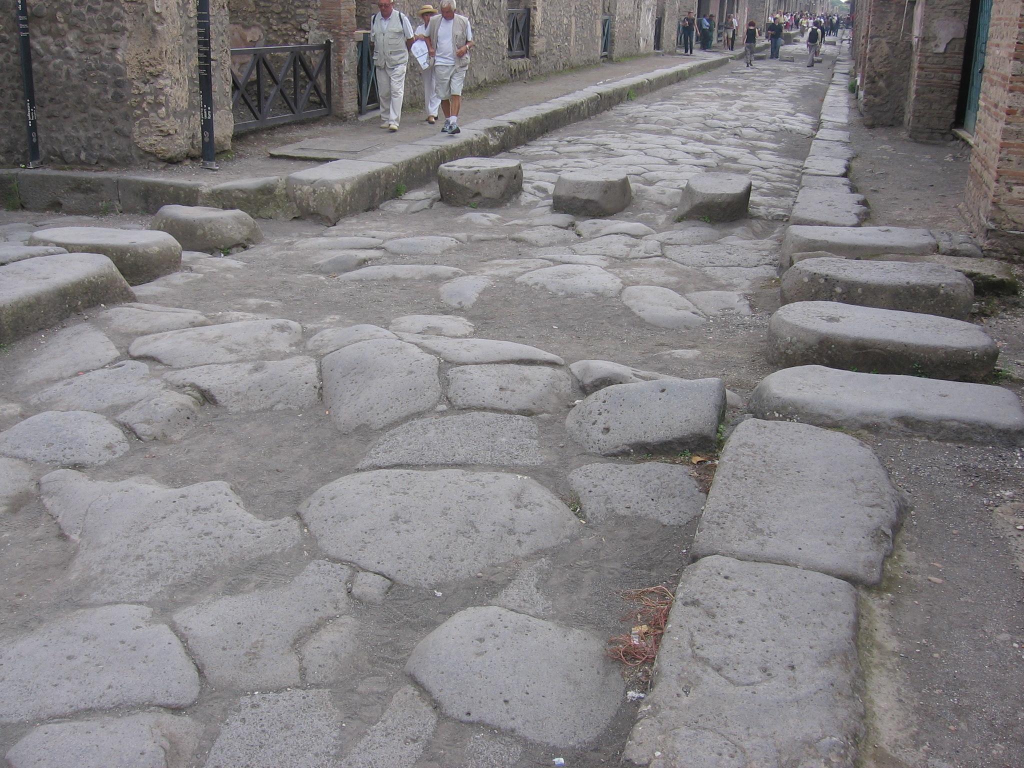 Straße im römischen Pompeji 79 n.Chr. mit erhöhten Trittsteinen