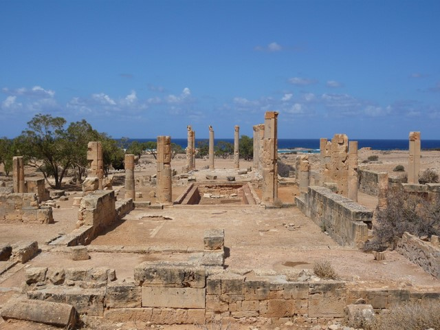 Durant le règne de Justinien la ville est reconstruite, mais elle ne retrouve jamais son pouvoir et est à nouveau détruite par les Arabes du califat Rashidun au viie siècle ver 641.