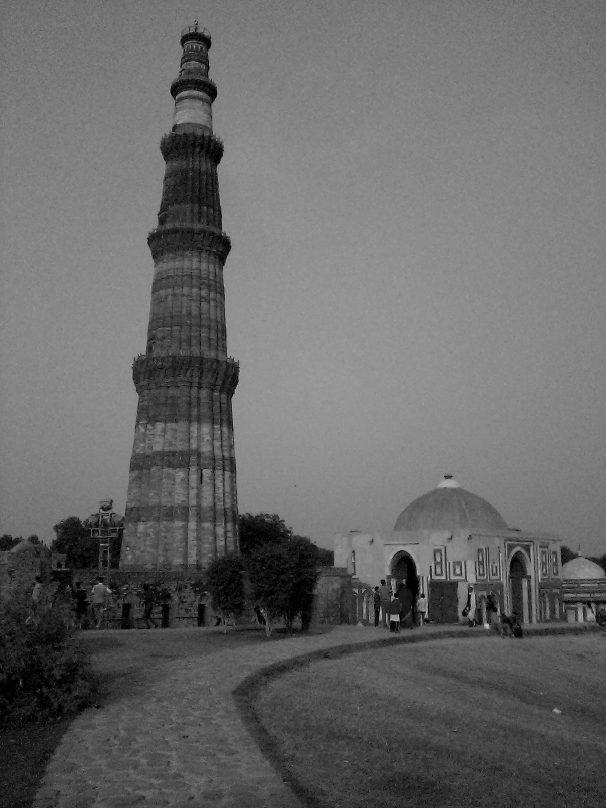 Filequtub minar in greyscale jpg