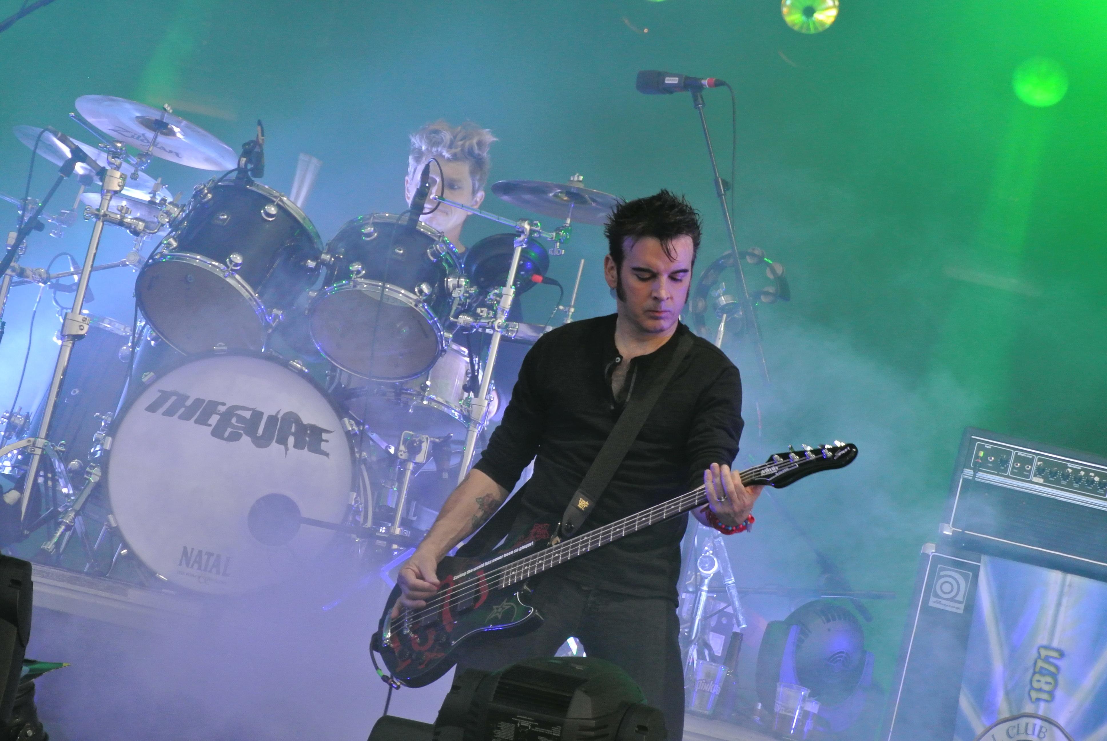 Simon Gallup (frente) y Jason Cooper (atrás) durante el concierto del Primavera Sound de 2012.