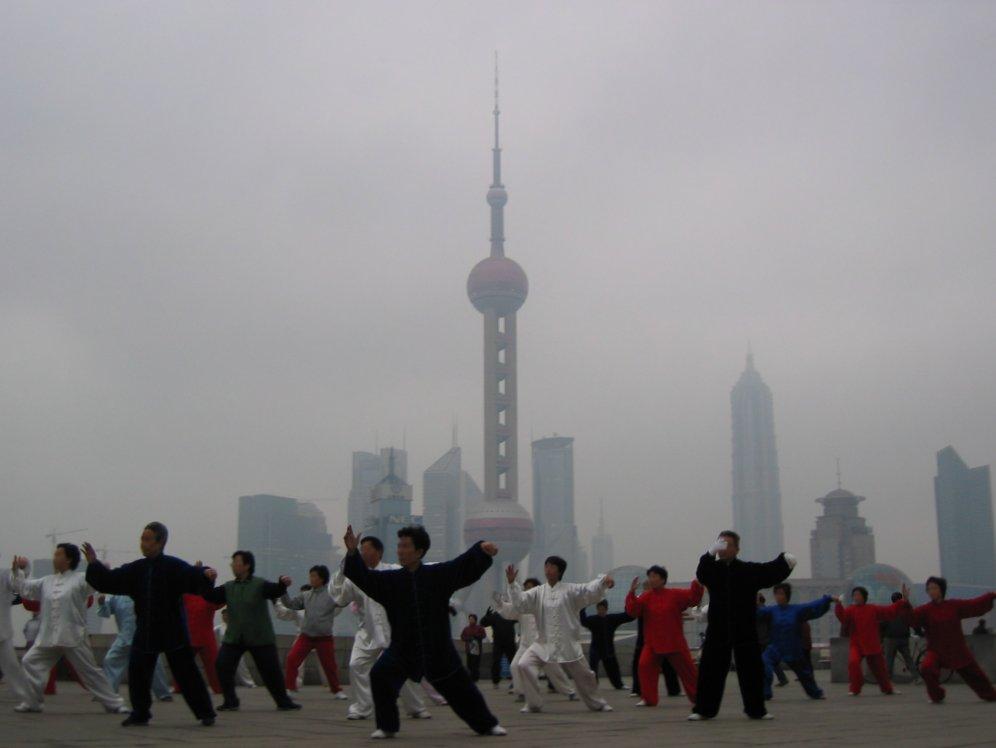 Tai Chi-Übungen im Smog von Shanghai (Foto: Jgremillot via Wikipedia)