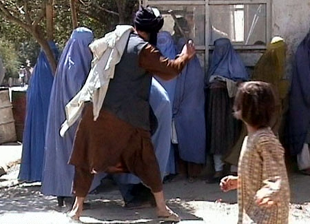 Bataille de kamdesh Taliban_beating_woman_in_public_RAWA