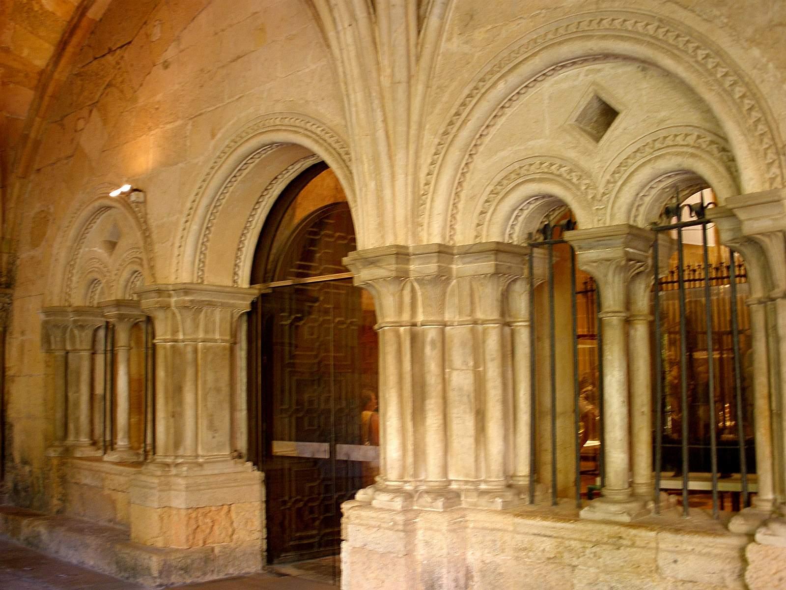 File tarragona catedral claustro sala for Sala 0 tarragona