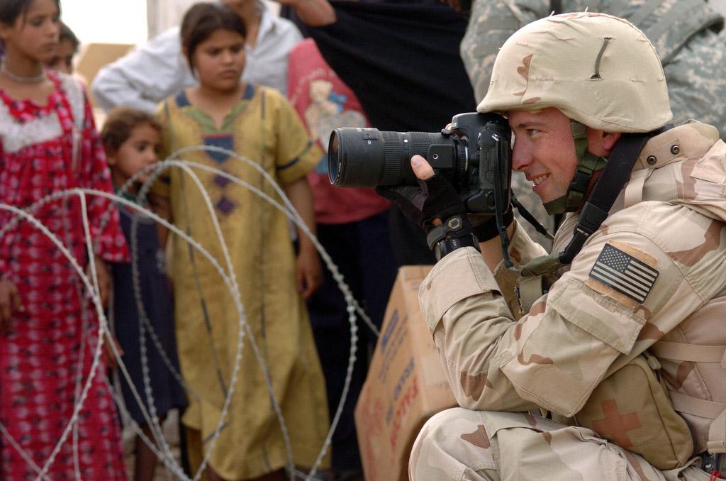 صورة لتصميم  عساكر يحملون كاميرات إحترافية