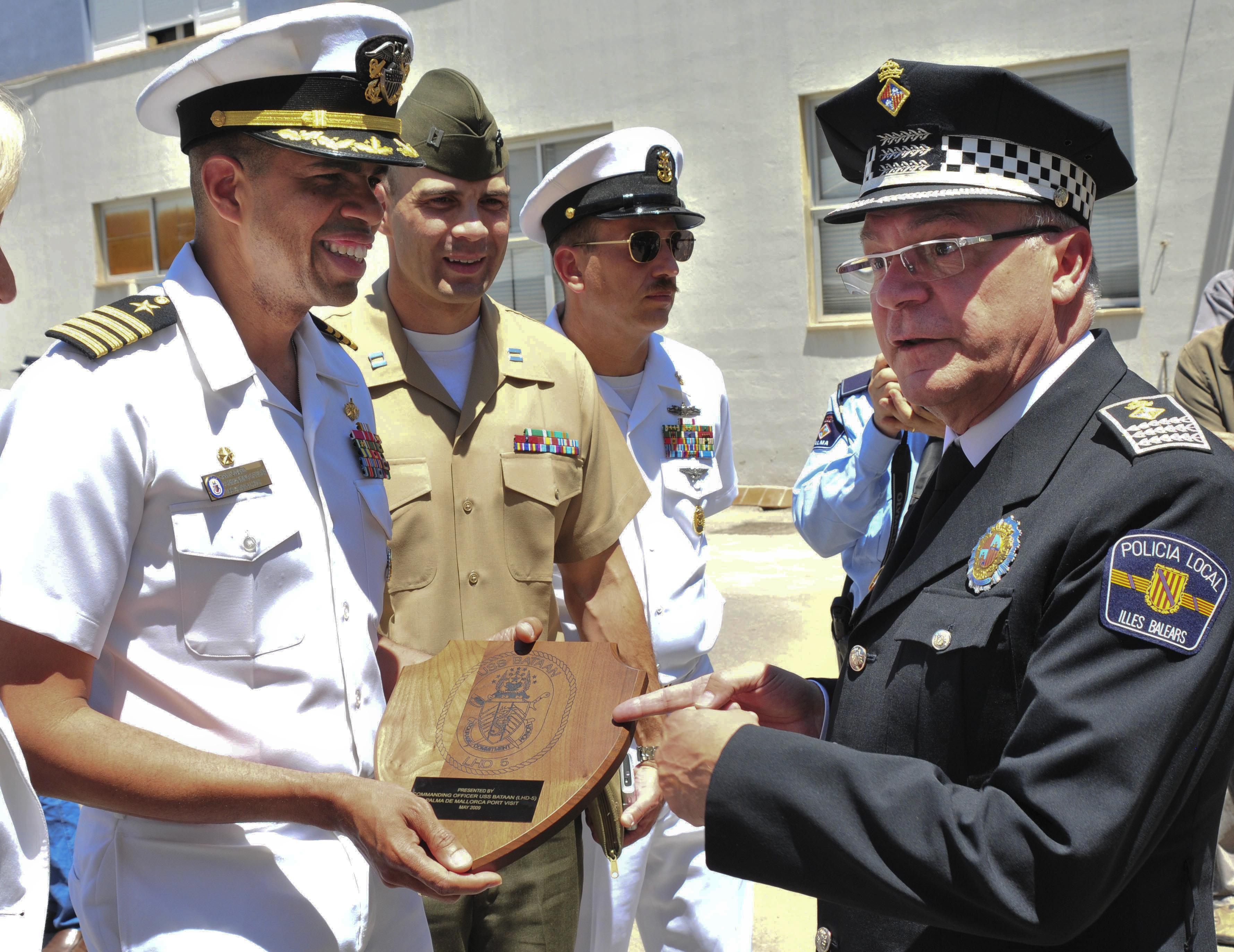 File:US Navy 090529-N-9740S-273 apt. Sam Howard, commanding ...