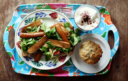 Vegane Würstchen, veganer Latte und vegane Muffins