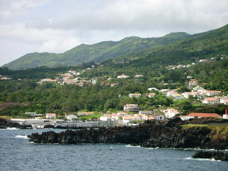 Ficheiro:Vista parcial da costa da Urzelina, Velas, ilha de São Jorge, Açores.JPG