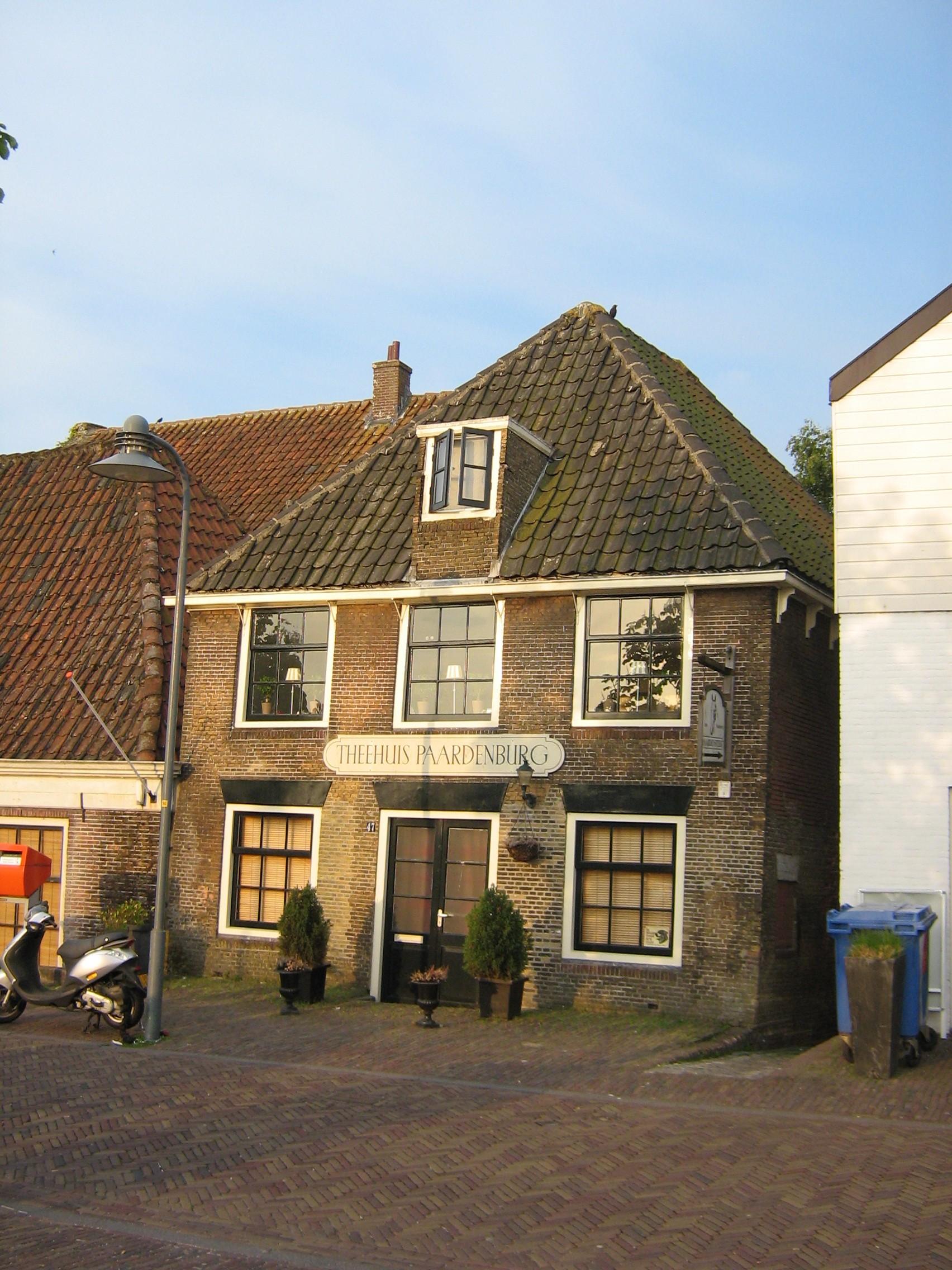 Theehuis paardenburg met woning pand met gevel met rechte kroonlijst hoog dak gemetseld - Oude huis gevel ...