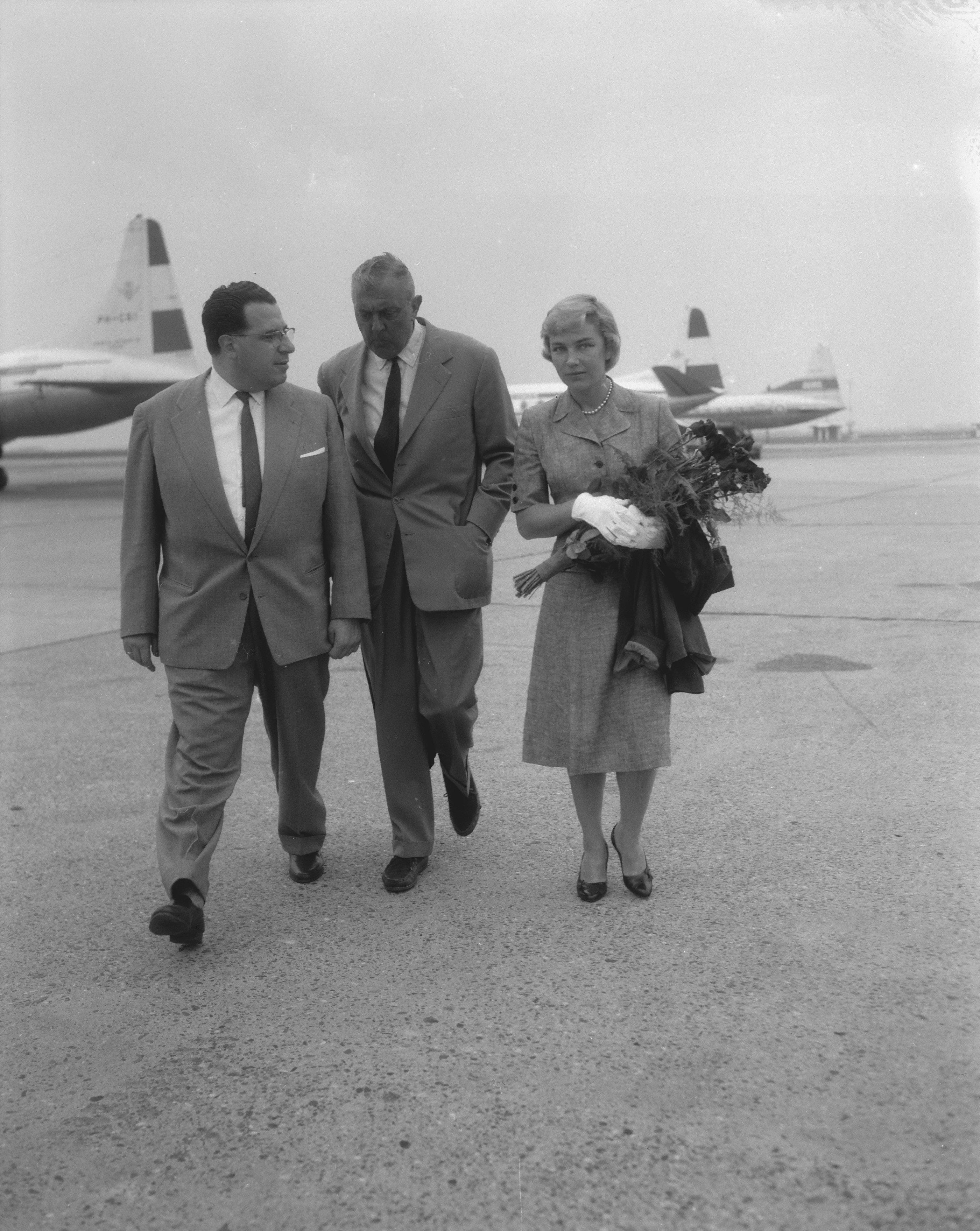 File Aankomst Jacques Tati Met Echtgenote Op Schiphol Bestanddeelnr 909 7573 Jpg