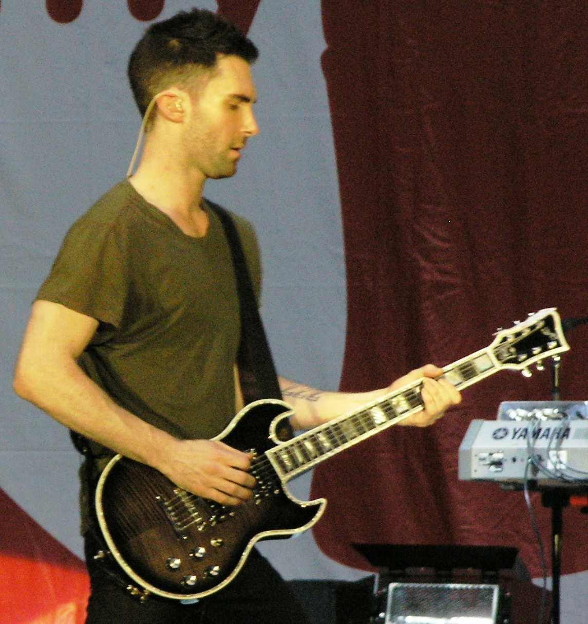 File Adam Levine With Guitar At 2007 Mycokefest In Atlanta Jpg Wikimedia Commons