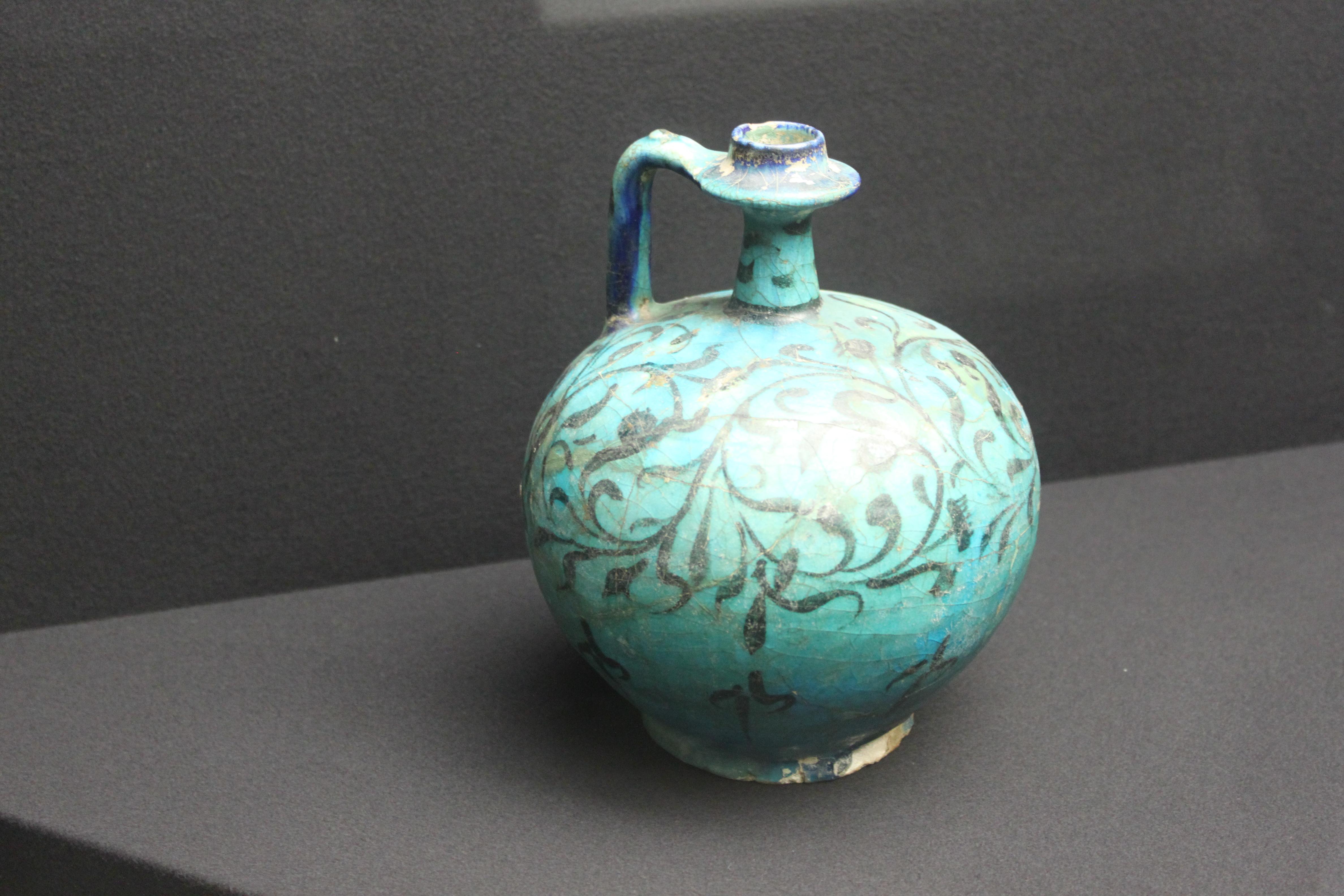 File ariana museum islamic pottery pot kashan iran xiii for Tapis noir et bleu turquoise