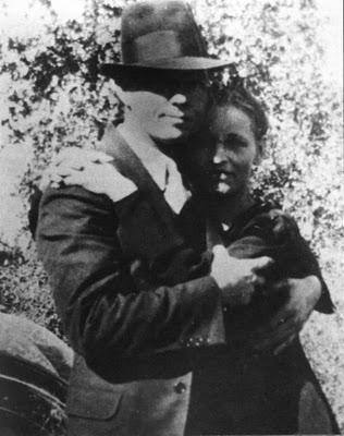 Description Bonnie i Clyde abraçats.jpg