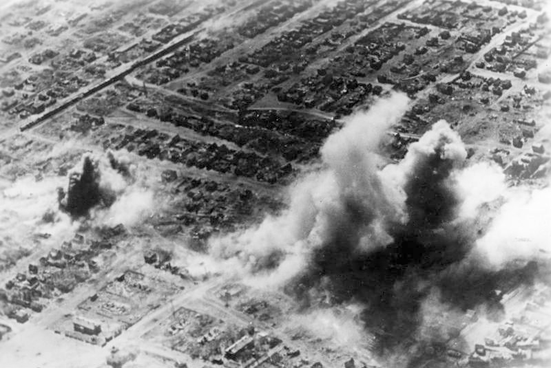 http://upload.wikimedia.org/wikipedia/commons/a/a0/Bundesarchiv_Bild_183-J17737%2C_Russland%2C_Kampf_um_Stalingrad%2C_Luftangriff.jpg