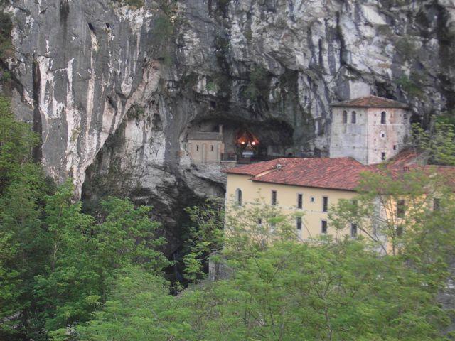 File:Cueva de Santa María - Covadonga.JPG