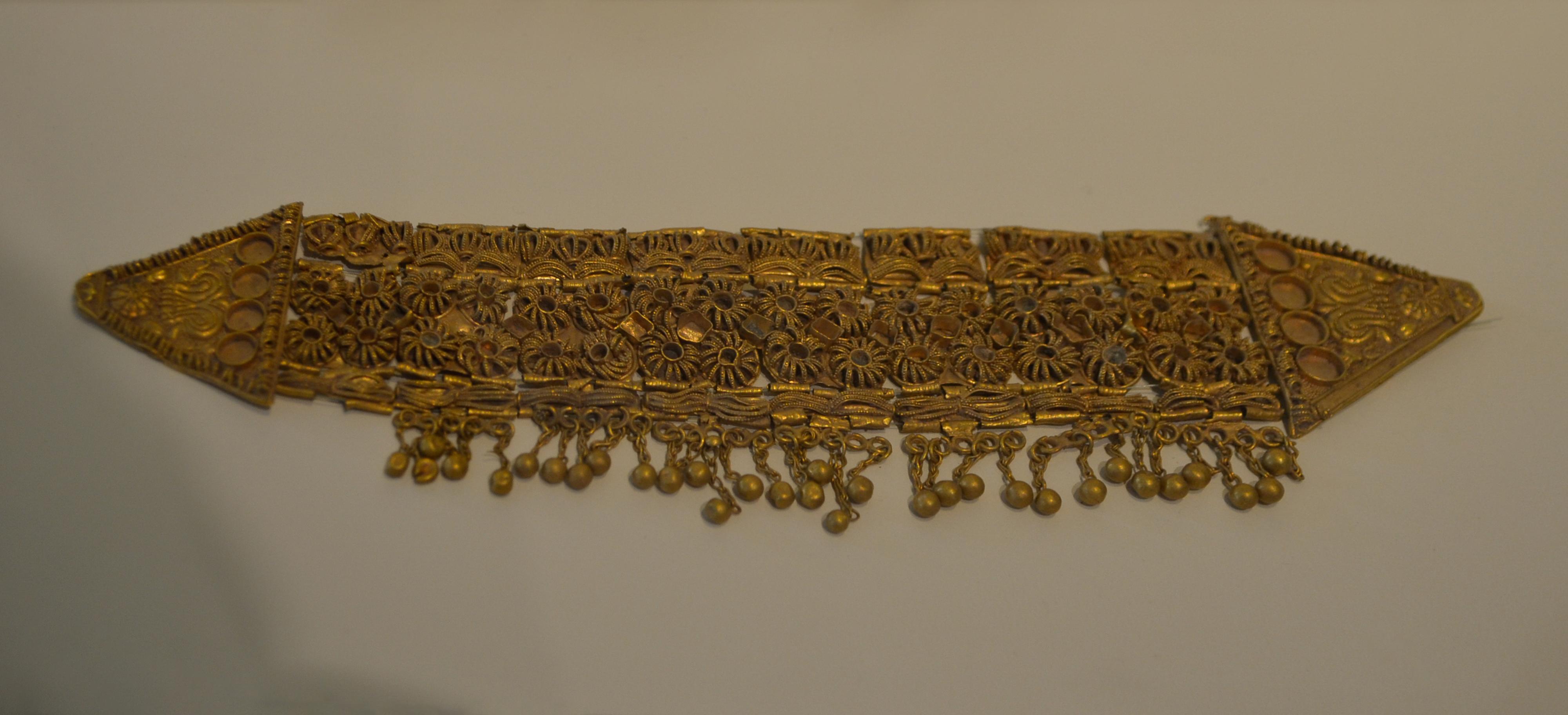 lista nueva artesanía exquisita 100% originales File:Diadema de oro del Tesoro de Aliseda - M.A.N.jpg ...