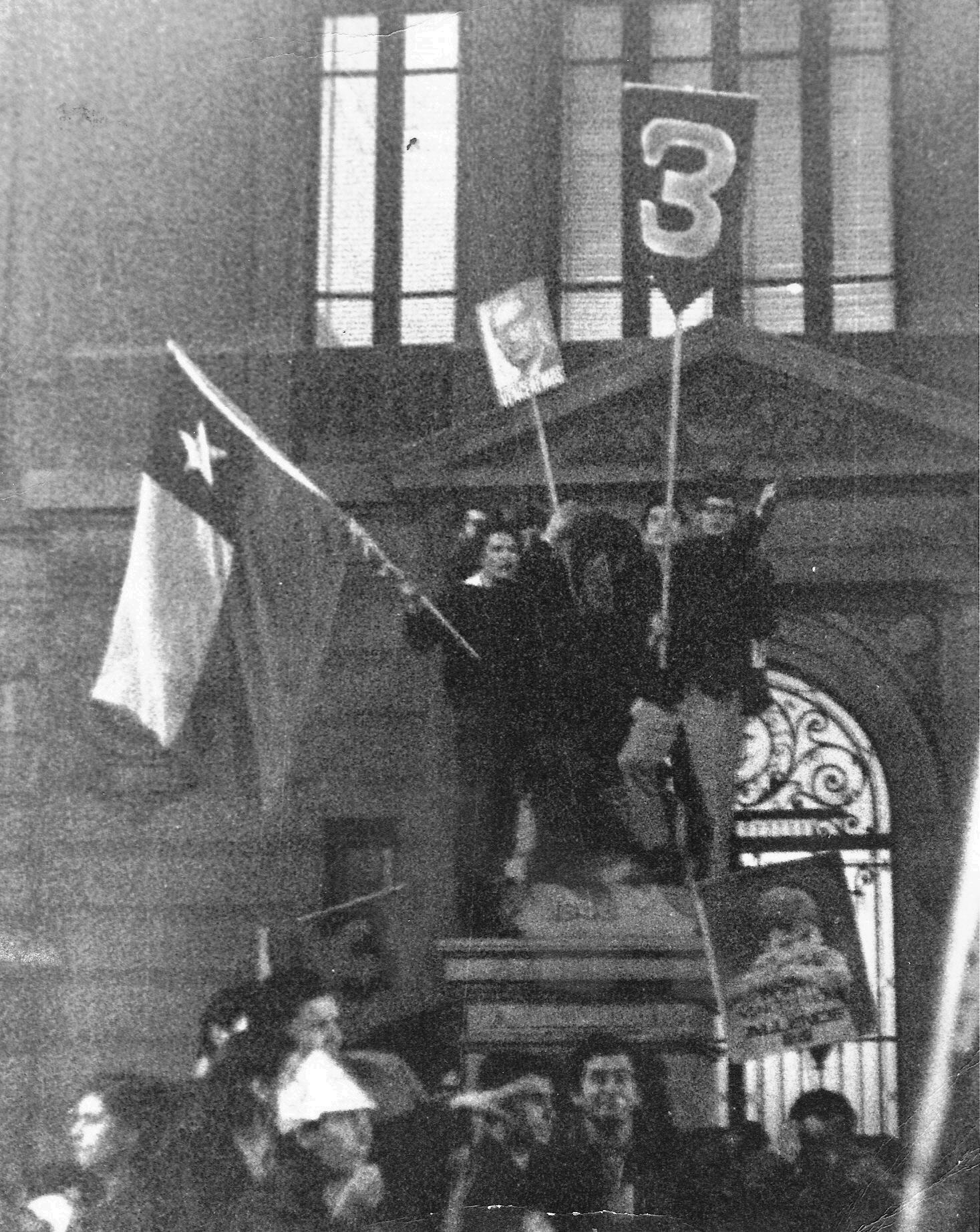 Celebraciones por el triunfo de Allende en las elecciones de 1970. Manifestación frente a la Universidad Católica en la Alameda en Santiago.